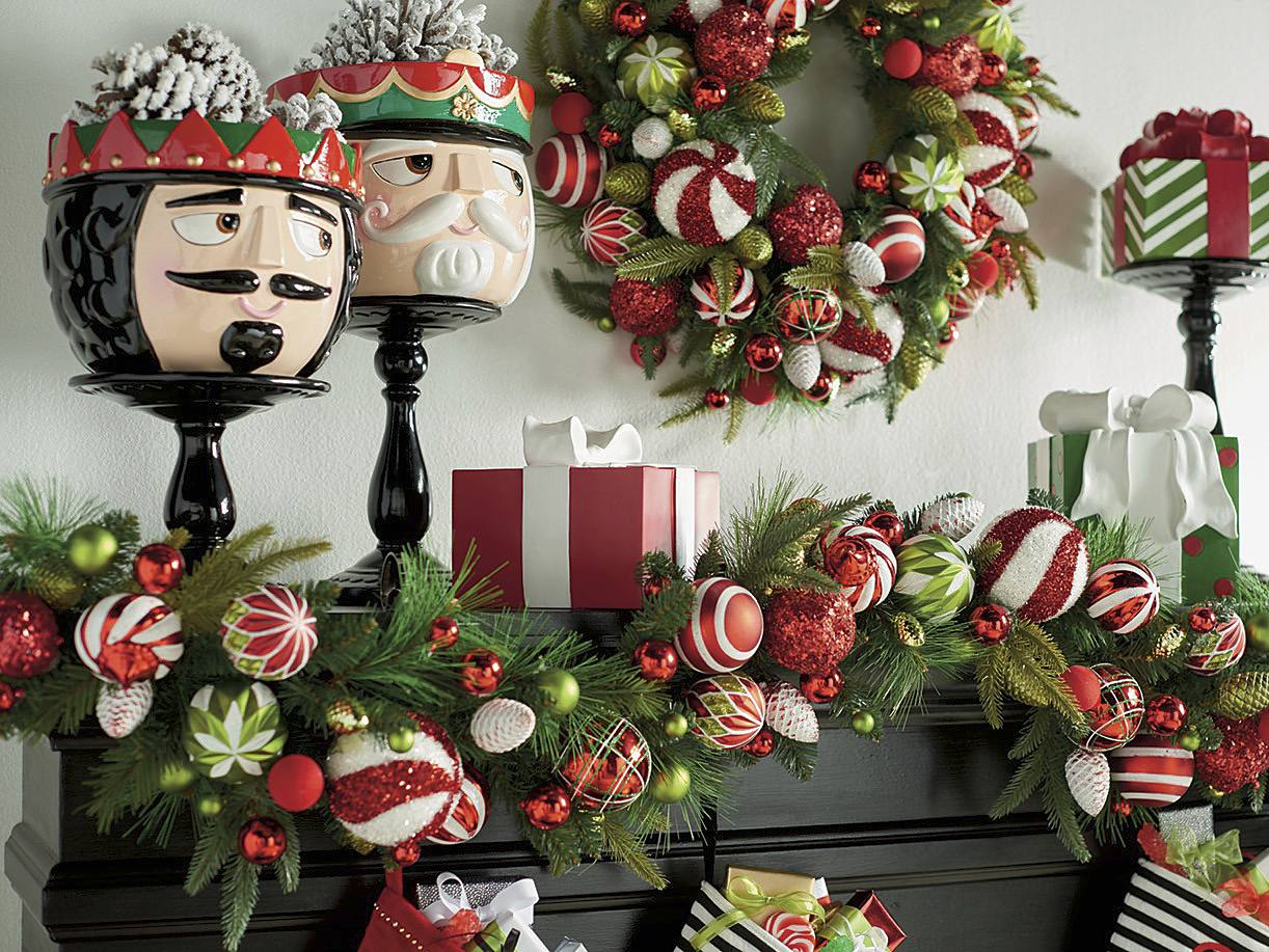 classic red and green christmas mantel decor ideas